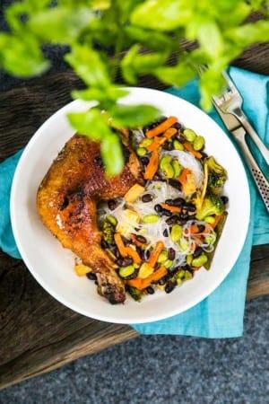 Grönsakswok med glasnudlar och kyckling