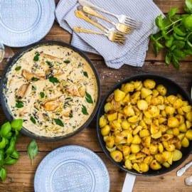 Gräddig kycklingpanna med grönkål och stekt potatis