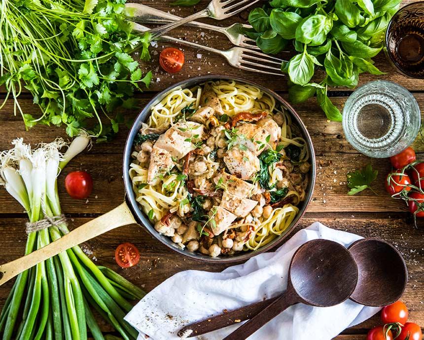 Kyckling i gräddsås med pasta,soltorkade tomater, spenat och vitlök