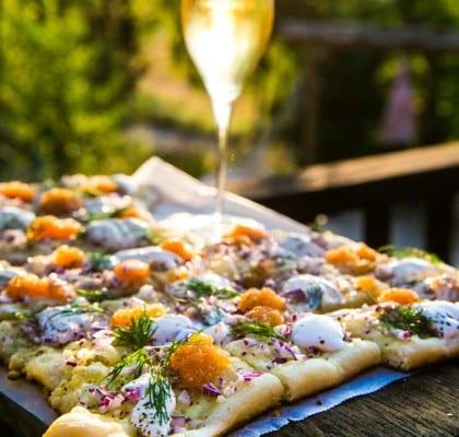 Grillad löjromspizza med västerbottensost, rödlök och gräddfil