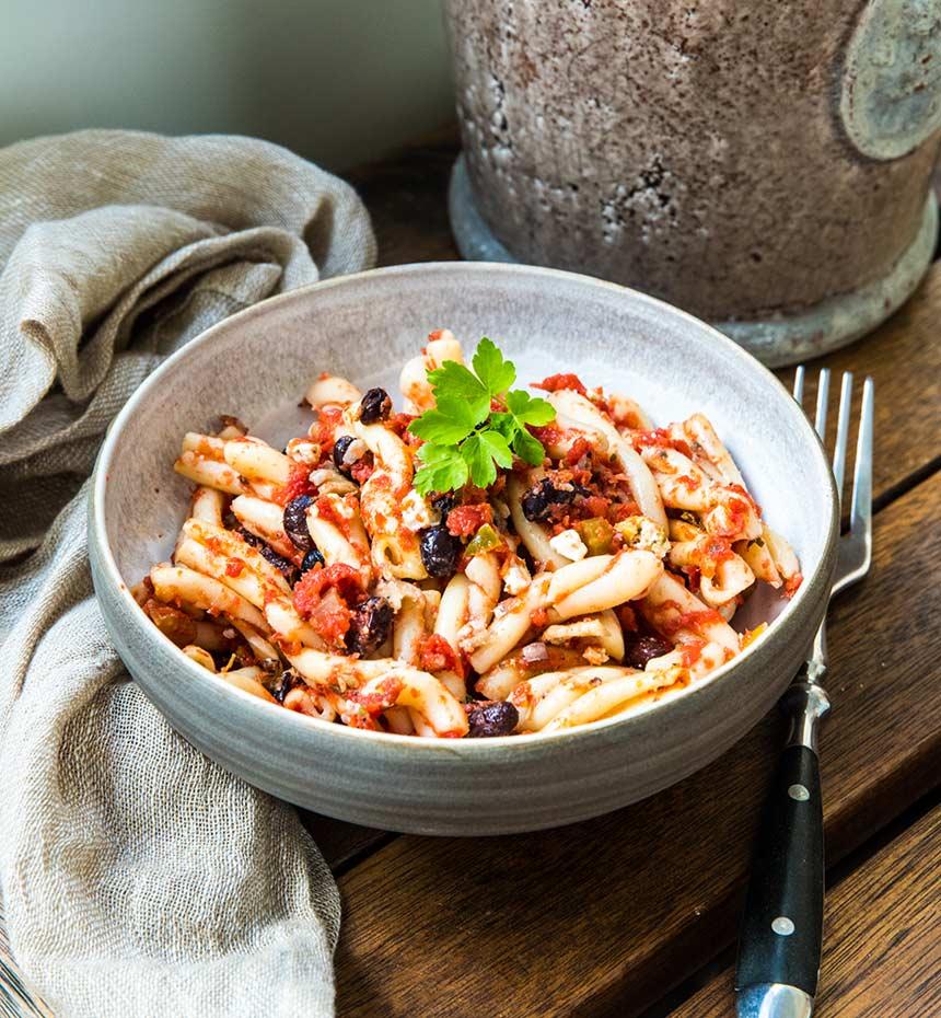 Vegetarisk pasta med krossade tomater, svarta bönor och fetaost