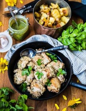Stekt kyckling med pesto och stekt potatis