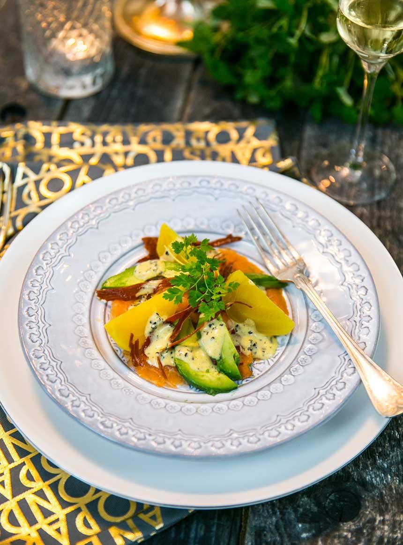 Rökt lax med avokado, gulbetor, passionsfrukt och lufttorkad skinka