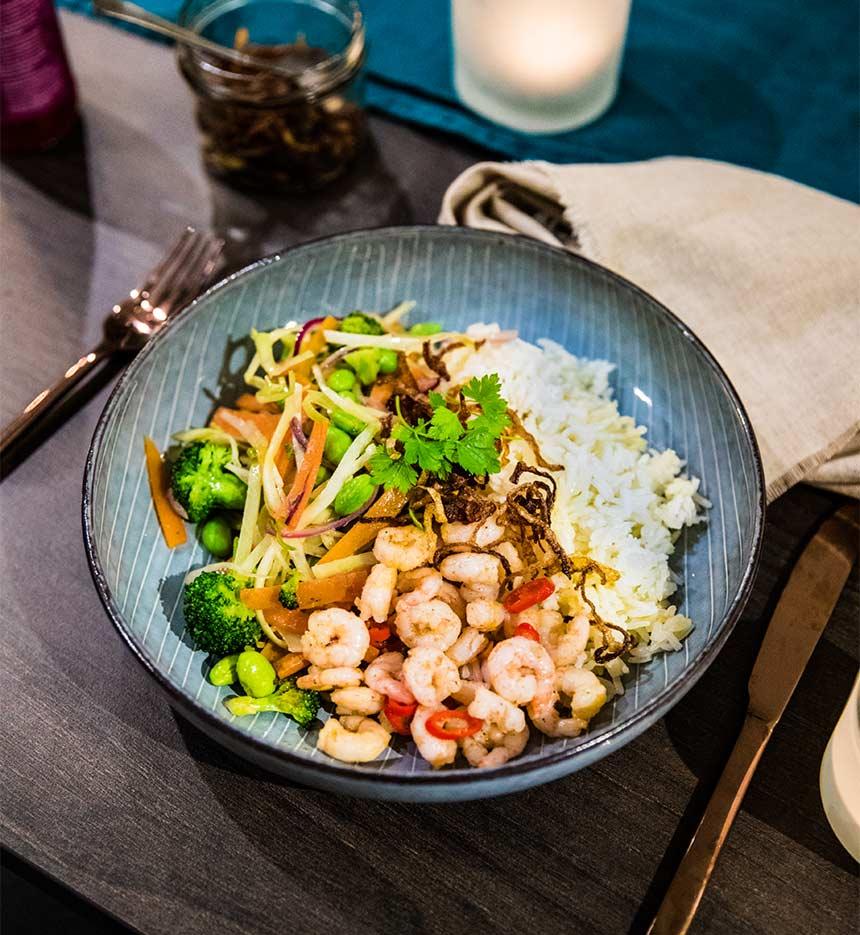 Chilifrästa räkor med grönsaker och ris