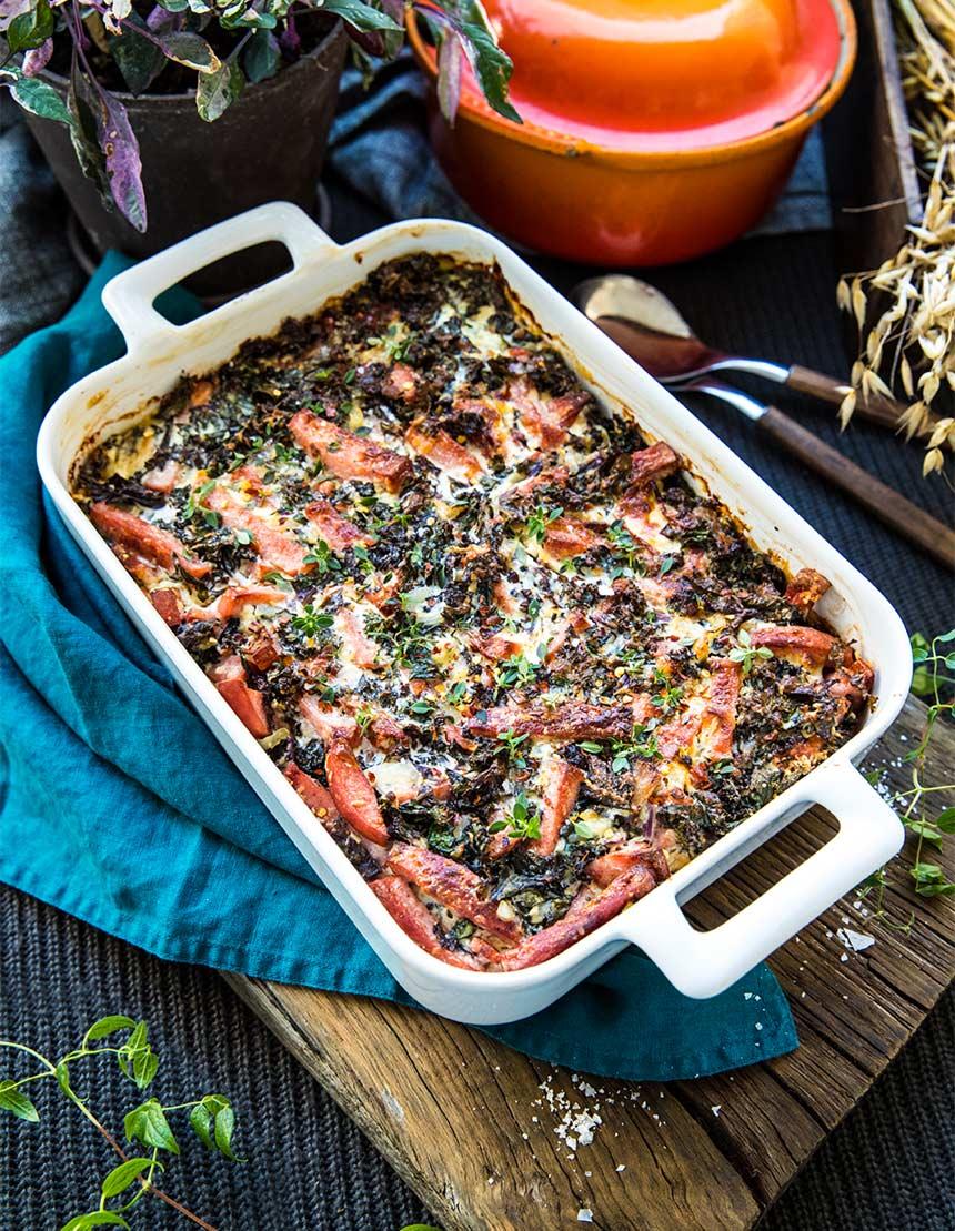 Falukorvsgratäng med soltorkade tomater, ost och grönkål