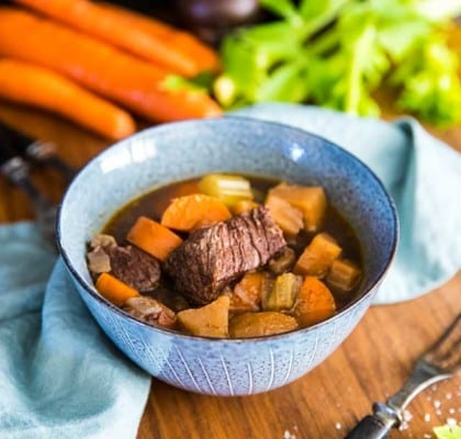 Klassisk köttgryta med rotsaker och mos