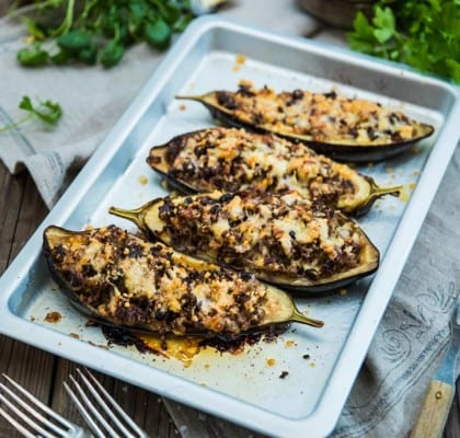 Vegetariska, fyllda auberginer med svamp och svarta bönor