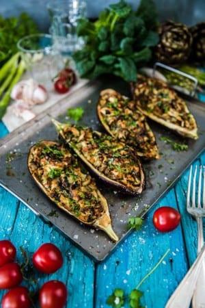 Aubergine fylld med kyckling, lök, oliver och ost