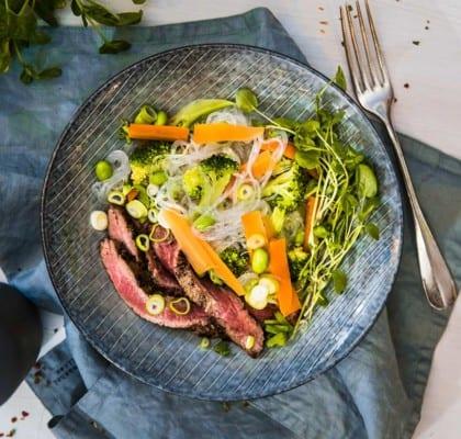 Flankstek med glasnudlar och grönsaker