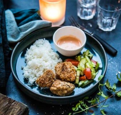 Friterad kyckling med ris och srirachamajo