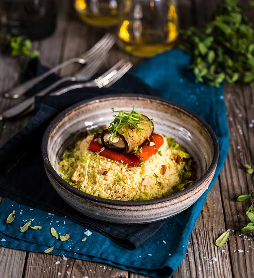 Färskostfylld auberginerulle med couscous, rostad mandel och wasabiolja