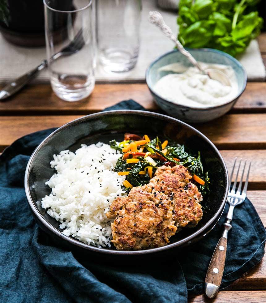 Kycklingbiffar med kålsallad och ris