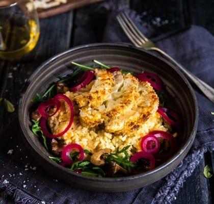 Ugnsrostad blomkål med krämig risotto, smörstekt svamp och picklad rödlök