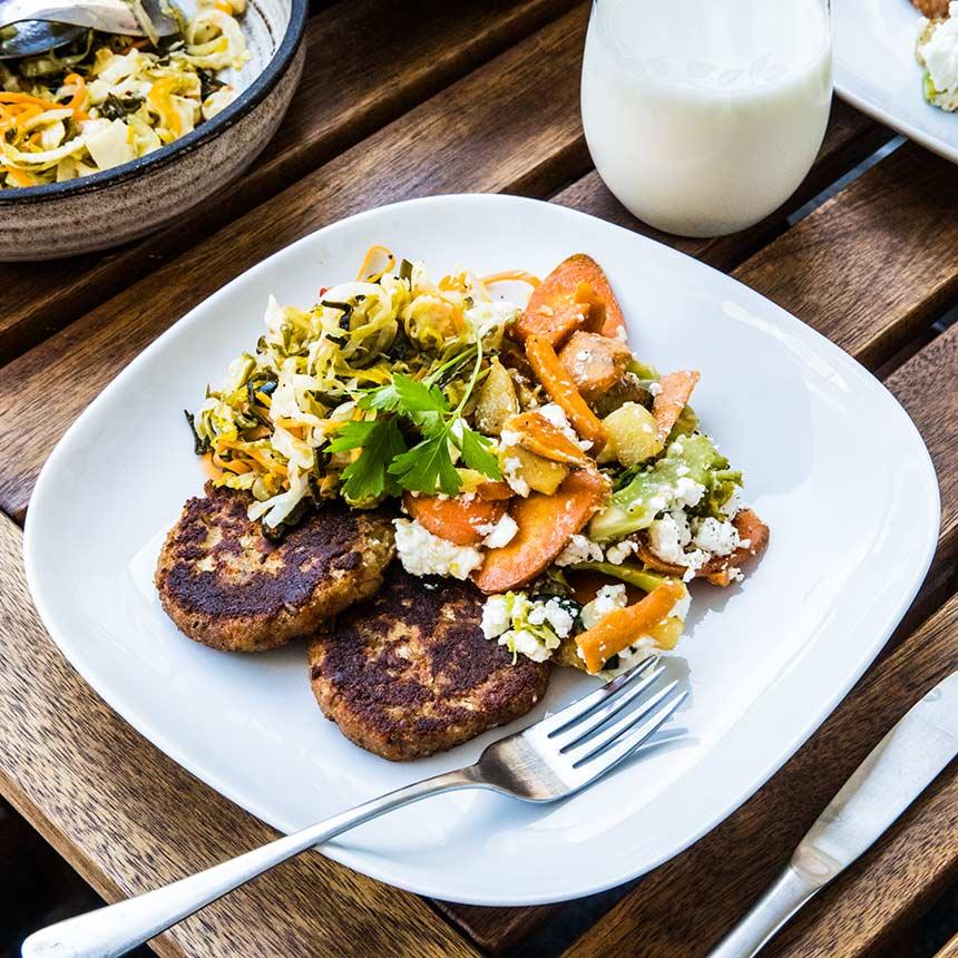 Vegobiffar med surkålssallad och stekta grönsaker