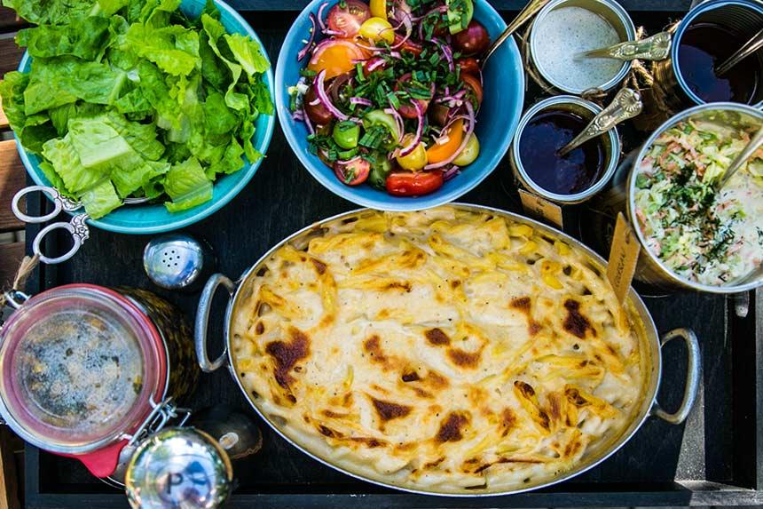 BBQ med Mac n Cheese, lök- och tomatsallad, grillsås, coleslaw och majssallad