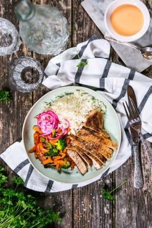 Grillade fläskkotletter med srirachamajjo, ris och picklad rödlök