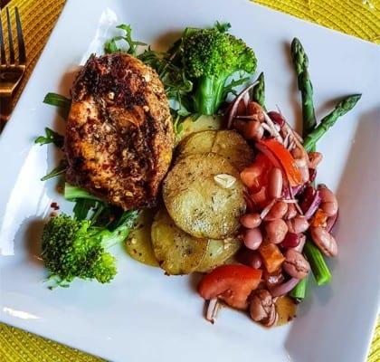 Kycklingfiléer med tomat- och bönsallad, rostade potatisskivor och bea
