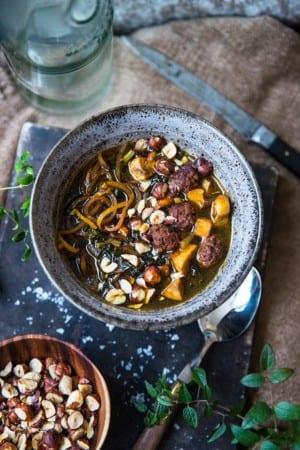 Ramen med kålrot, frikadeller, svartkål och hasselnötter