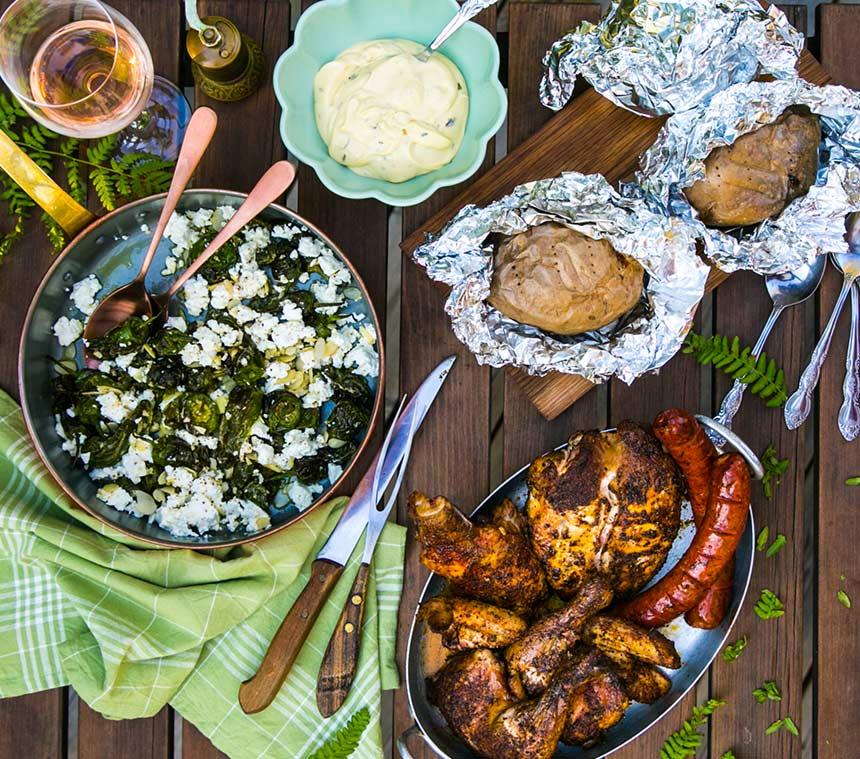 Rökt kyckling med bakad potatis och feta-padrones
