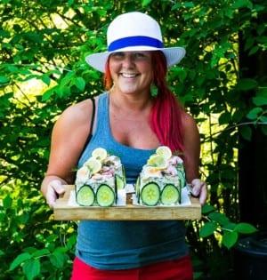 Madeleine Landley med små smörgåstårtor med räkor och ägg
