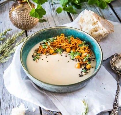 Vegansk jordärtskockssoppa med kryddiga kikärtor och timjanolja