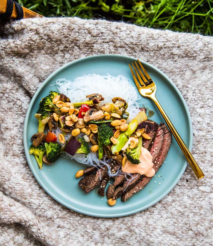 Flankstek med glasnudlar, grönsaker, jordnötter och sriracha-bea