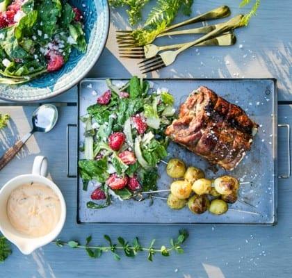 Fläskkarré med lakritsglaze och sommarsallad