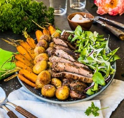 Pluma med rostad potatis, sommarsallad och rabarbersås