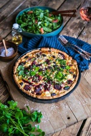 Rödbetspaj med svarta oliver och fetaost