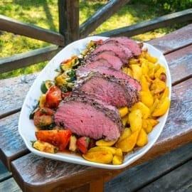 Pepprig ryggbiff med rostade grönsaker och klyftpotatis