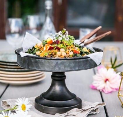 Sallad med kikärtor, svartkål, halloumi och nektarin