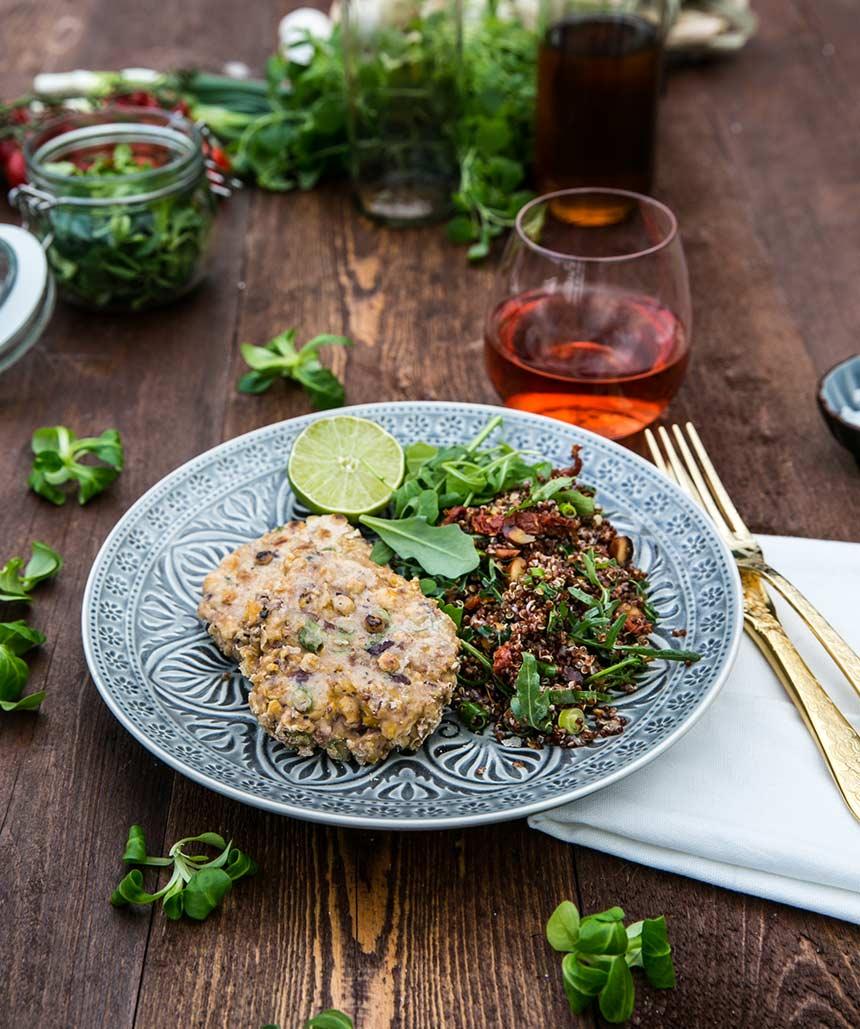 Grillade vegetariska bönbiffar med matig quinoasallad