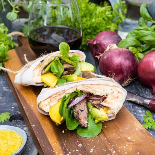 Flankstek i pitabröd med kikärtsdressing, mango och avocado