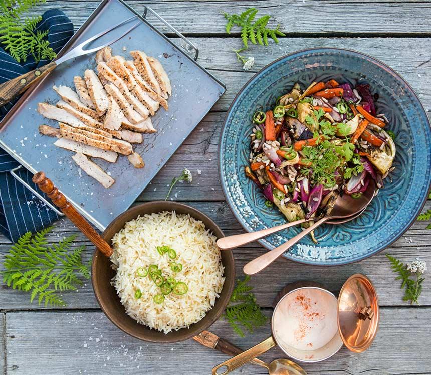 Grillade fläskkotletter med grillade grönsaker och brasilianskt vitlöksris