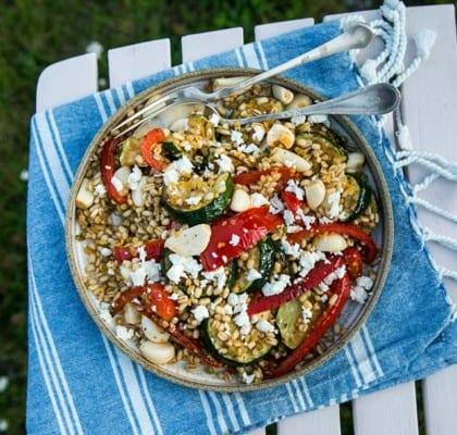 Grillad paprika och zucchini med gryn, vitlök och fetaost