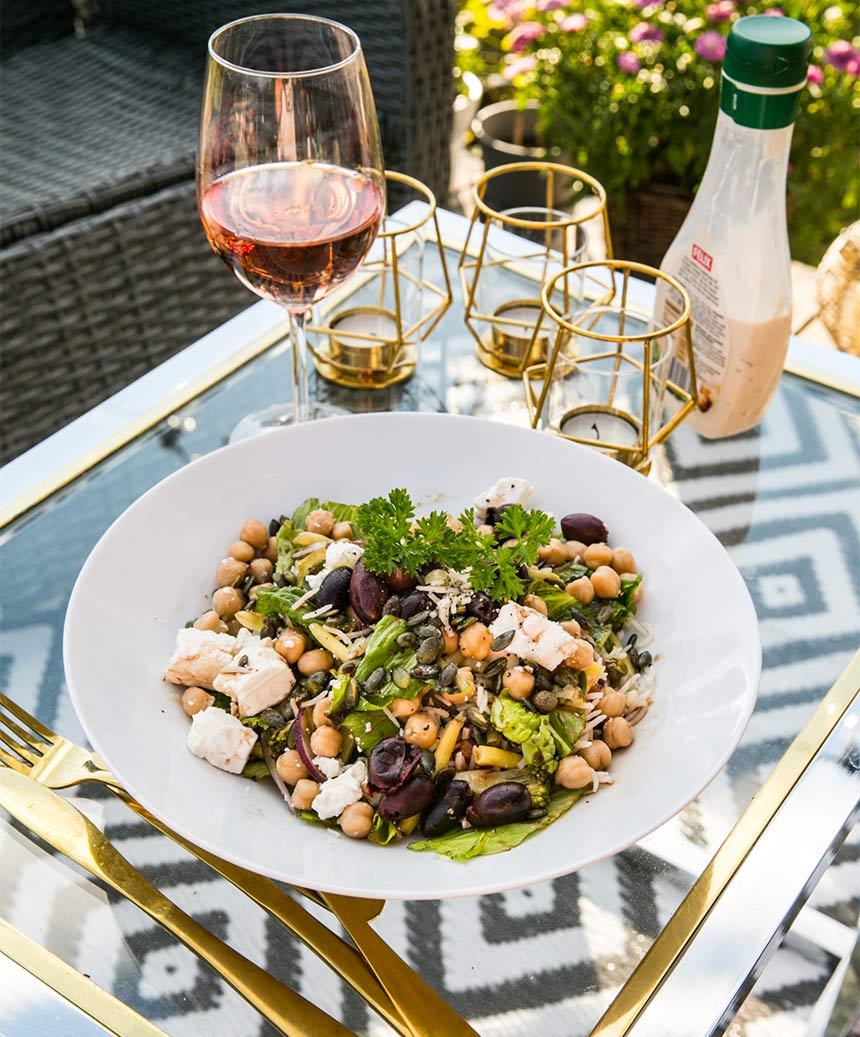Matig sallad med kikärtor, fetaost, oliver och ris
