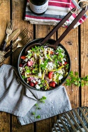 Sallad med jordgubbar, fetaost och pärlcouscous