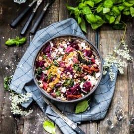 Sallad med rödbetor, zucchini, fetaost och pinjenötter