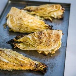 Grillad spetskål med smör, citron, vitlök och ströbröd