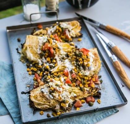 Grillad spetskål med vitlöksdressing och crunch