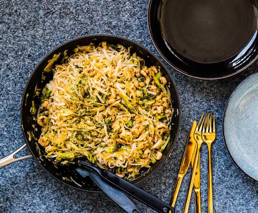 Snabblagad räkwok med risnudlar och kål