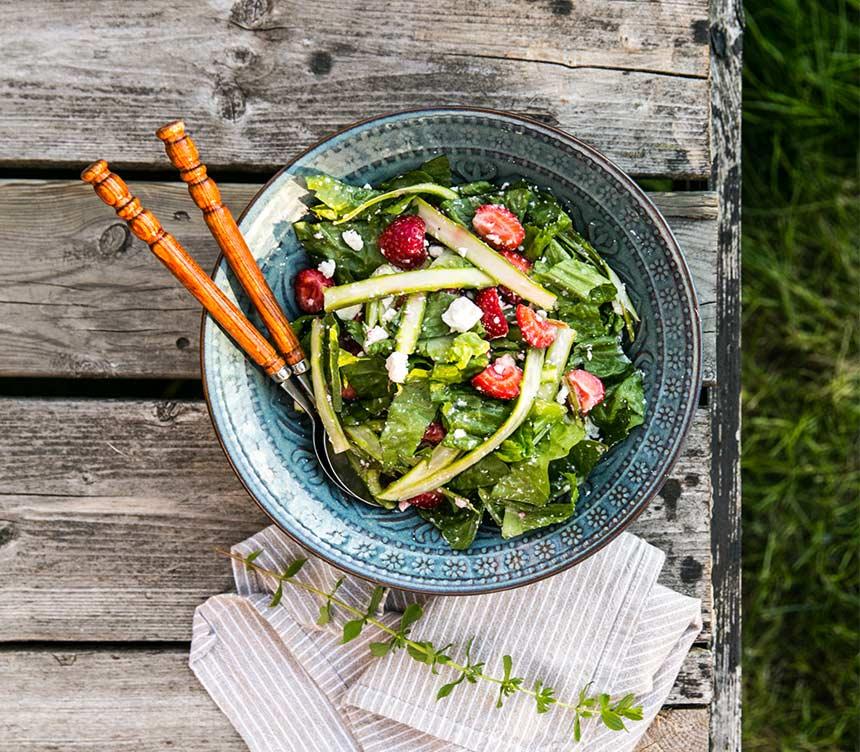 Sallad med sparris, fetaost och jordgubbar