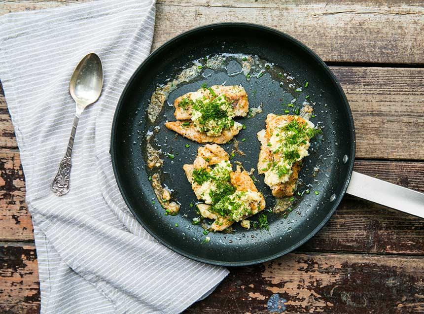 Smörstekt fisk med örter och kronärtskockspuré