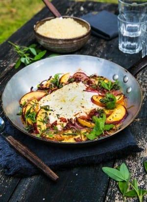 Bakad fetaost med nektariner, rödlök, soltorkade tomater och mynta