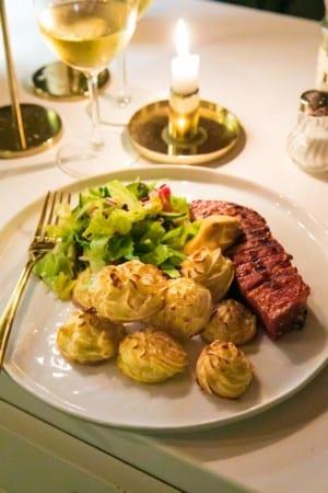 Panngrillad julskinka med srirachaglaze, pommes duchesse och bearnaise