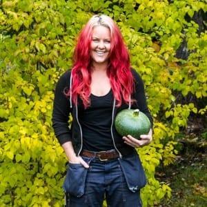 Madeleine Landley med grön pumpa