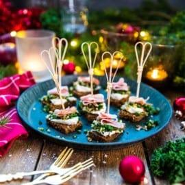 Julig grönkålsröra på kavring med skinka och pepparrot