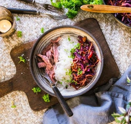 Strimlad biff med glasnudlar och stekt rödkålsallad