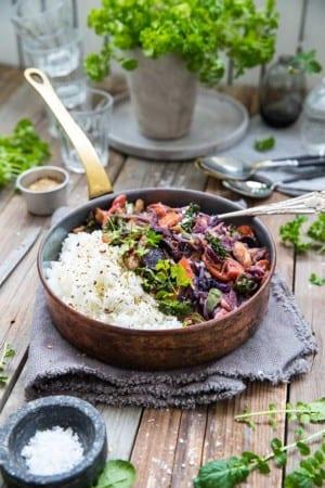 Vegetarisk pytt med kål, morötter, vegostrimlor och ris