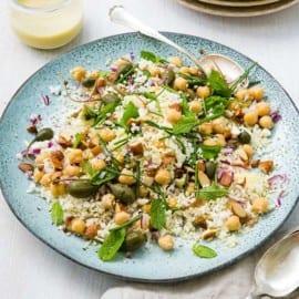 Couscous- och blomkålssallad med kikärtor, mandel och mynta